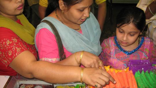 Devyani kiest holipoeder uit op de markt.