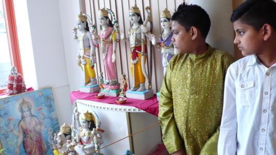 In het hindoeïsme zijn verschillende goden. Deze leerlingen van de Shri Laksmi school in Amsterdam laten er een paar zien.