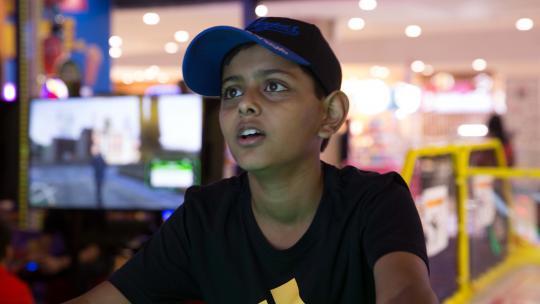 Atharva uit New Delhi viert zijn verjaardag in een game-hall.