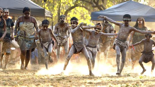 Aboriginal dans tijdens een jaarlijks festival in Australië.
