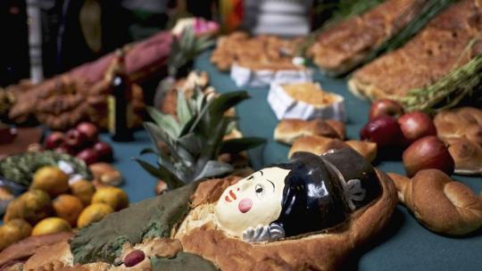 Met Allerzielen leggen Bolivianen koeken op het familiegraf.