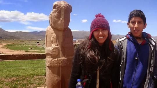 Bij dit beeldje langs de kant van een weg in Bolivia offeren reizigers wat alcohol aan de berggeesten.