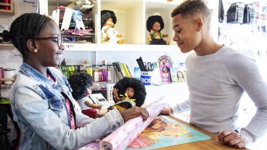 Eliyha heeft een nieuwe bruine pop voor zijn baby-zusje gevonden.