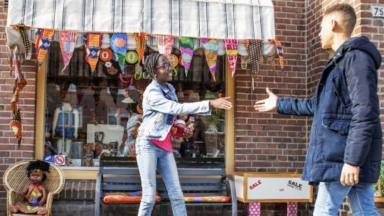 Shué en Eliyha ontmoeten elkaar bij de bruine poppenwinkel Coloured Goodies in Amsterdam Noord.
