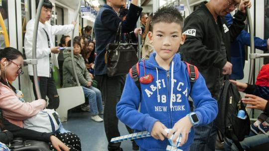 Ethan uit China gaat met de metro naar de speelgoedbeurs in zijn stad Shanghai