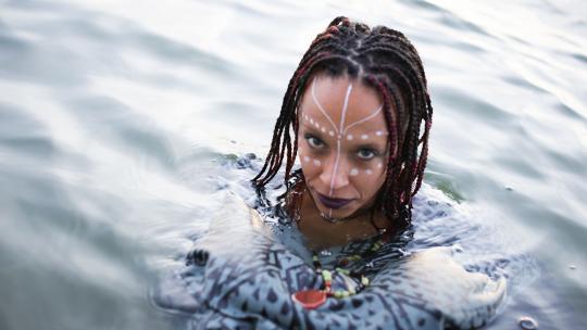De Keniaans-Amerikaanse Wambui Njuguna als Mama Wati.