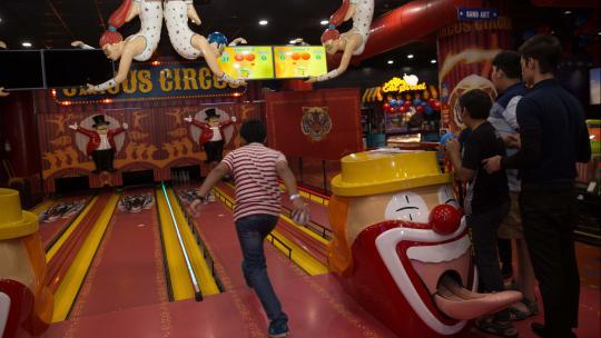 In deze game-hall in New Delhi in India kun je allerlei spellen spelen.