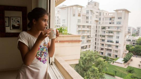 Gia woont in een luxe flat in New Delhi met een tennisbaan en zwembad.