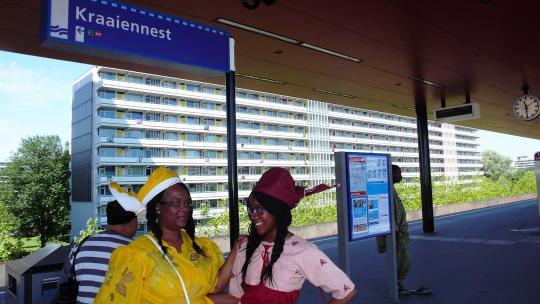 Gwenneth en haar moeder zijn onderweg naar het Oosterpark voor de herdenking.