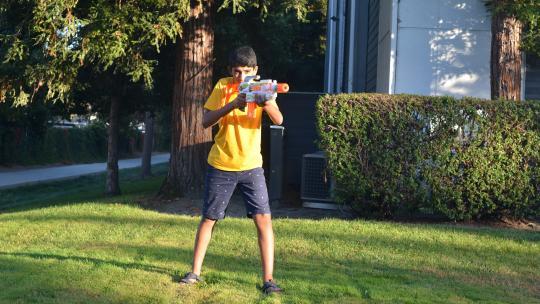 Krish uit Amerika heeft wel tien Nerf guns waar hij samen met zijn vader mee speelt.