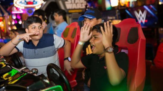 Met vijftien vrienden viert Atharva uit India zijn verjaardag in een game-hall.