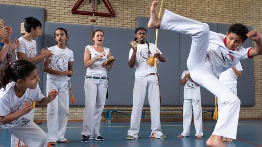 Muziek speelt een grote rol tijdens deze vechtdans.