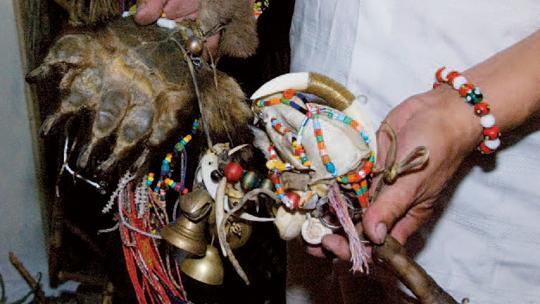 Sjamanen, medicijnmannen of heksen gebruiken allerlei voorwerpen om in contact te komen met geesten in een andere wereld.