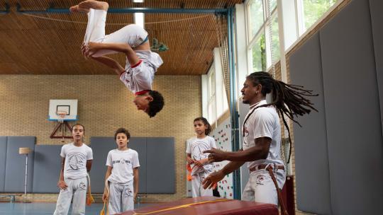 Thibault krijgt capoeira les van zijn Braziliaanse vader.