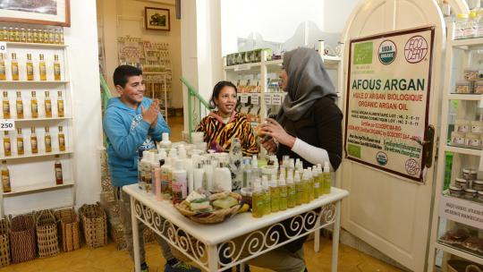 Zaynab probeert verzorgingsproducten met arganolie uit.