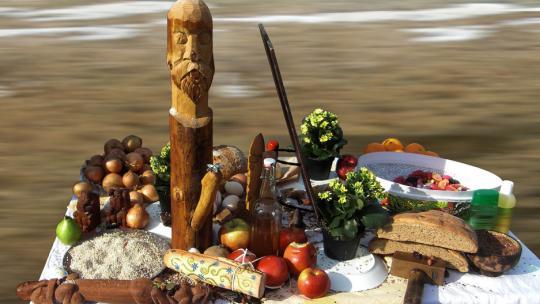 Offertafel die gebruikt wordt door aanhangers van ásatrú. De offers zijn voor Freyr, de Noorse god van de vruchtbaarheid.