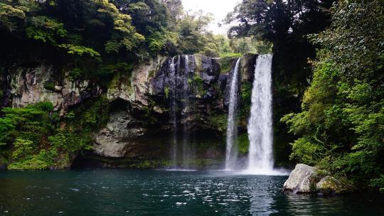 Sommige volken geloven dat er geesten in watervallen wonen.