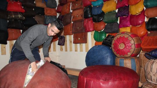 Anas verkoopt allerlei spullen van leer.
