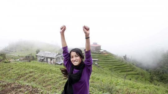 Sudha uit Nepal laat zien hoe blij ze is dat het eindelijk even droog is in de bergen.
