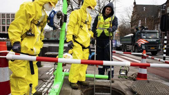 """De mensen van Waternet hebben een putdeksel gelicht. Siem: """"We gaan ondergronds."""""""