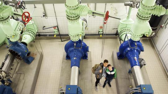 De gemalen pompen de  inhoud van het riool naar de waterzuiveringsinstallatie.