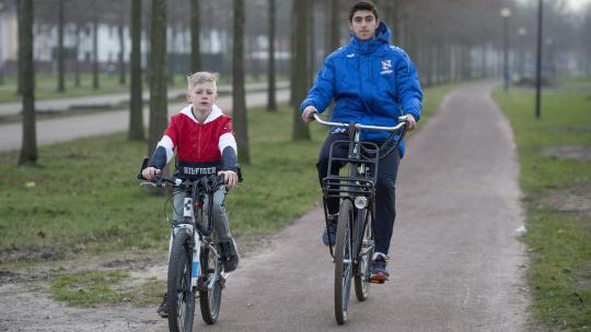 Regelmatig fietsen Pepijn en Rami samen naar de voetbalvelden of het stadion.