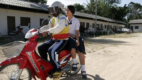 Yah woont sinds de tsunami in een noodgebouw op het Thaise vasteland.