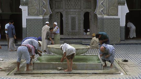 Moslims wassen zich voor het bidden.