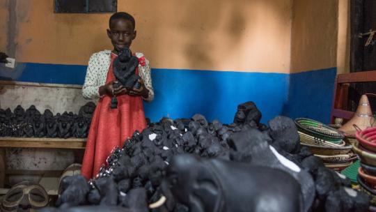 De oma van Irere maakt deze gorilla's van hout: priegelwerk.