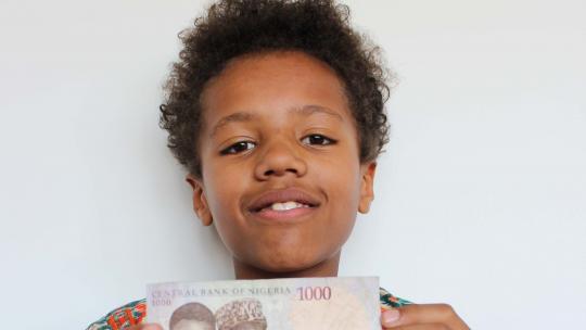 Mayowa kreeg een Nigeriaans bankbiljet op vakantie.