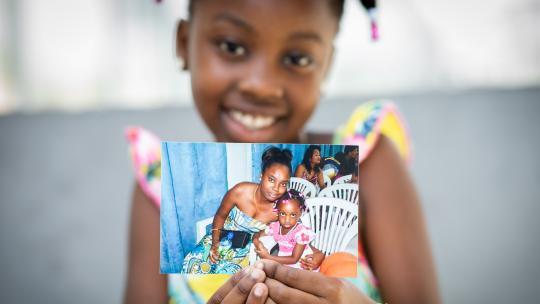 Chávrellé wil haar moeder voor haar verjaardag in Suriname verrassen.