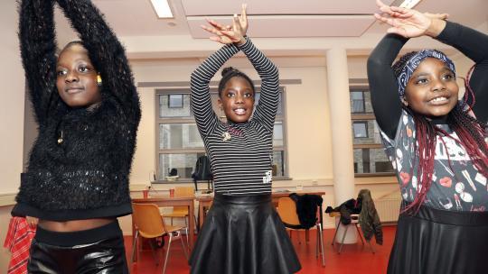 Tijdens de repetities voor Miss Kwakoe leren de meisjes ook traditionele Surinaamse dans.