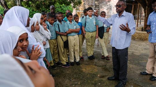 De vader van Swabir uit Kenia leidt groepen rond bij het fort.