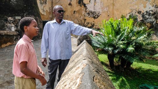 De vader van Swabir weet veel over de geschiedenis van Kenia.