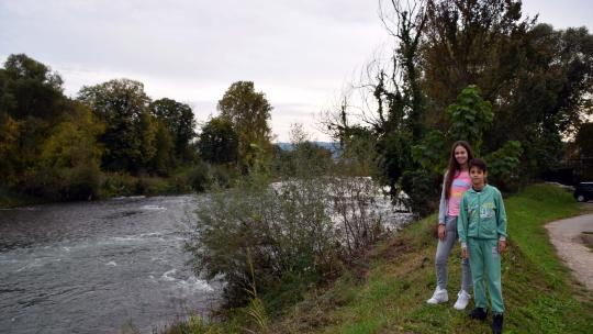 Iva en haar broertje bij de rivier Vrbas aan het einde van de straat.