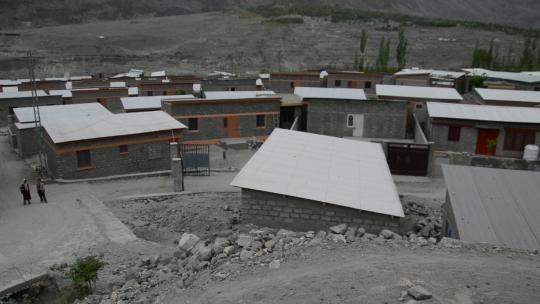 Nu woont Shazeeb in een dorp gebouwd door de regering.
