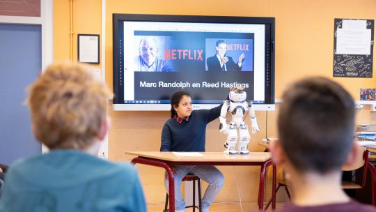 Houda houdt een spreekbeurt met robot Nao.
