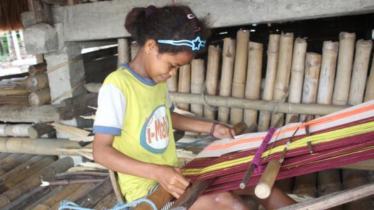 Namo laat zien hoe meisjes en vrouwen op haar eiland weven.