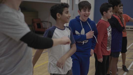 Mustafa maakt vrienden tijdens het sporten.