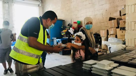 Perla uit Beiroet deelt voedingspakketten uit aan andere slachtoffers van de explosie in de haven.
