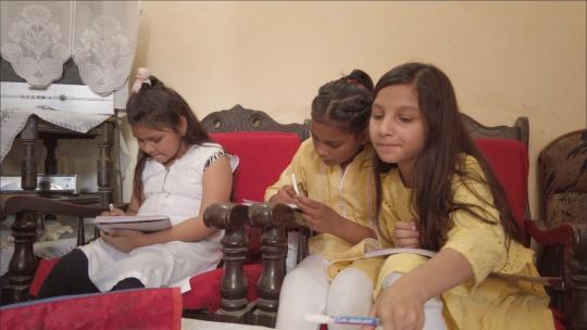 Ritma en haar vriendinnen maken huiswerk.
