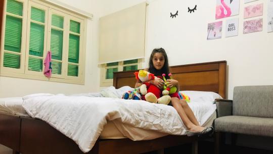 Sinds de explosie in de haven van Beiroet logeert Perla in een hotelkamer.