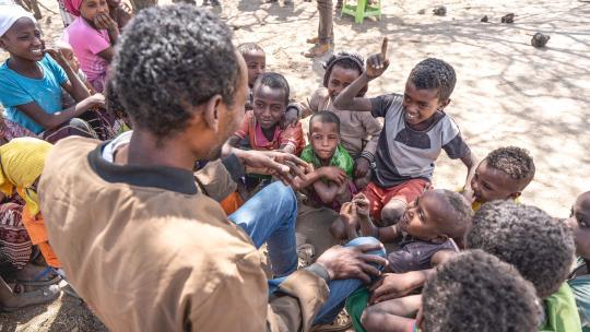 Als de oom van Adam uit Ethiopie verhalen vertelt, test hij de kennis van de kinderen.