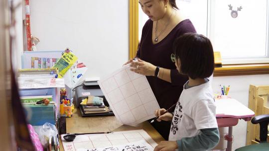 De moeder van Alexandra uit Shanghai leerde vroeger kalligraferen van haar opa.