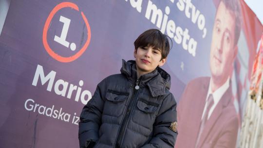 Grote verkiezingsposters van Bosnische politici in de stad Mostar proberen burgers over te halen op hen te stemmen.