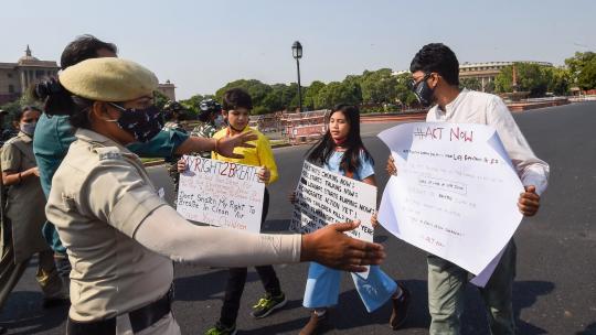 Licypriya uit India staakt tegen klimaatverandering.