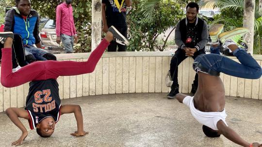 In Congo zijn geen dansscholen, maar Grady leert breakdancen van zijn boers.