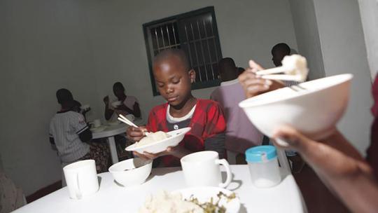 Ndaipanji (12) kan goed met stokjes eten, iets anders dan eten met je handen, zoals ze in haar dorp gewend zijn.