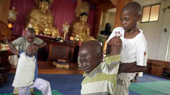 Watson (12 helpt Maganiza (11) met kungfu. De oefening lijkt nogal pijnlijk!