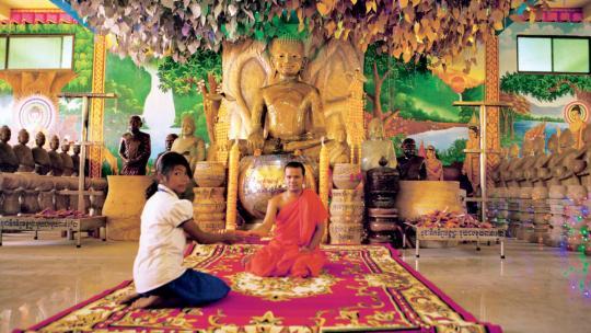 Bidden in een boeddhistische tempel in Cambodja.